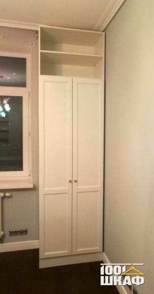 Распашной шкаф белого цвета с открытой антресолью