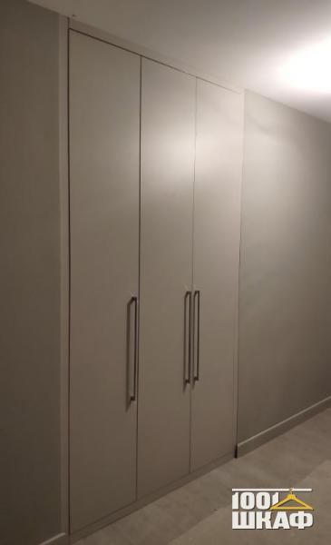 Встроенный многофункциональный шкаф белого цвета