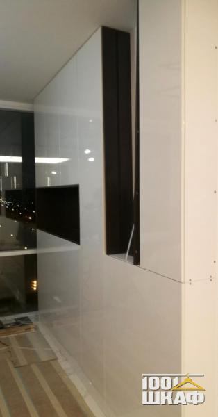 Шкаф белого цвета с фасадами на отталкивателях