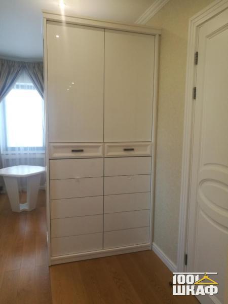 Встроенный распашной шкаф белого цвета