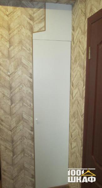 Встроенный в стену узкий шкаф белого цвета