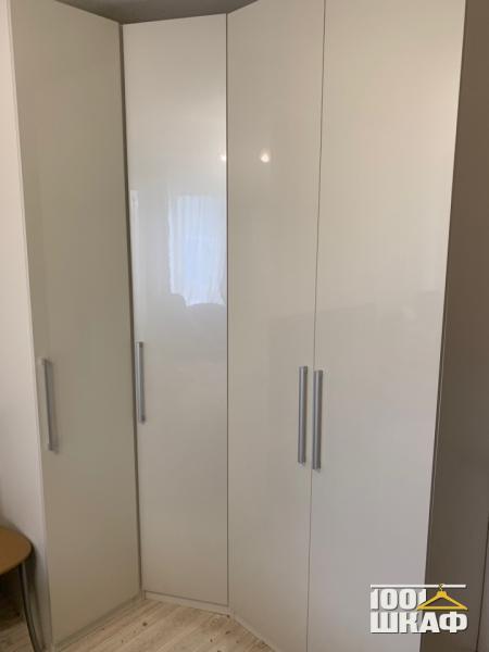 Угловой вместительный шкаф белого цвета