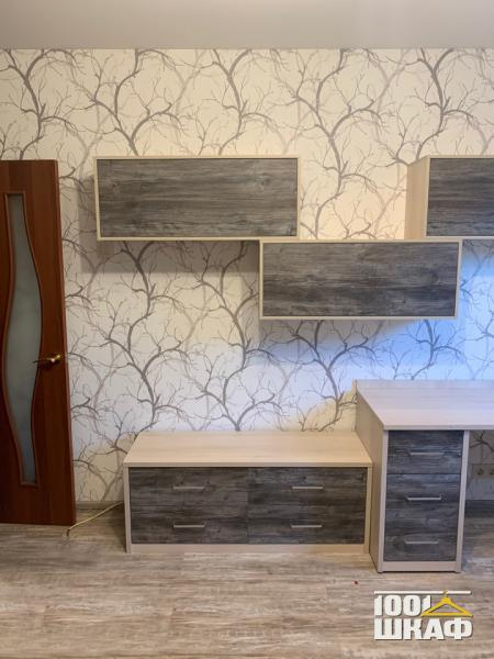 Рабочее место: угловой письменный стол с тумбой, навесные ящики для хранения