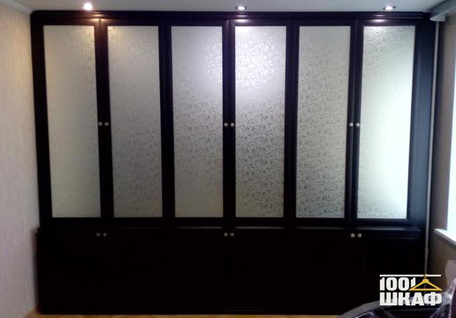 Шкаф в цвете Венге с витринами, декорированный