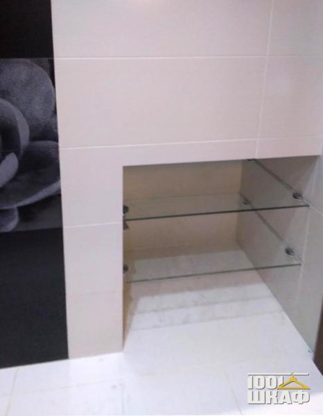 Полки в нише в ванной комнате