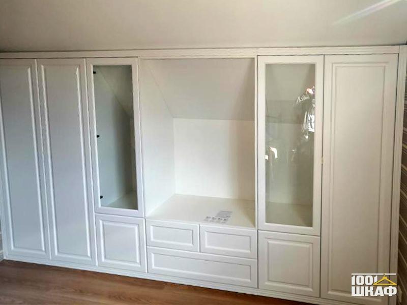 Распашной шкаф на всю ширину комнаты