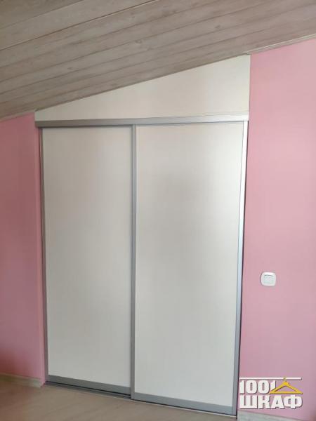 Встроенный шкаф для мансарды