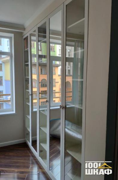 Остекленный встроенный шкаф в гостиную
