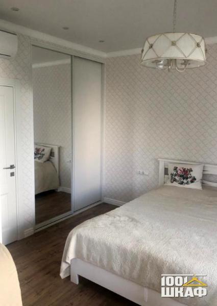 Шкаф-купе белого цвета с наполнением в спальню
