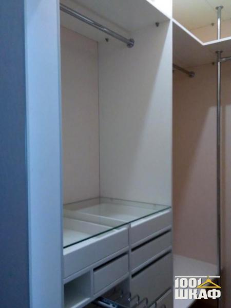 Просторная гардеробная за раздвижными дверьми