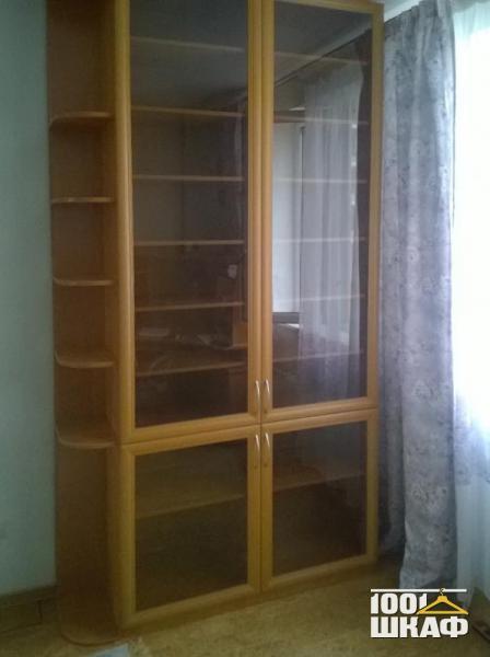 шкаф с витринами в цвете орех