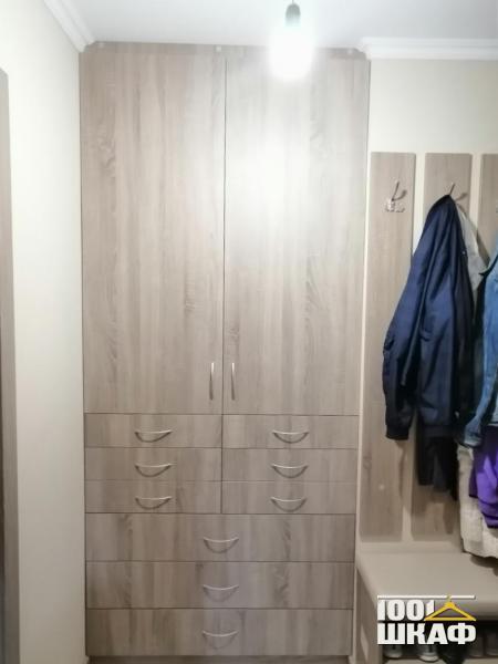 шкаф, вешалка и пуфик