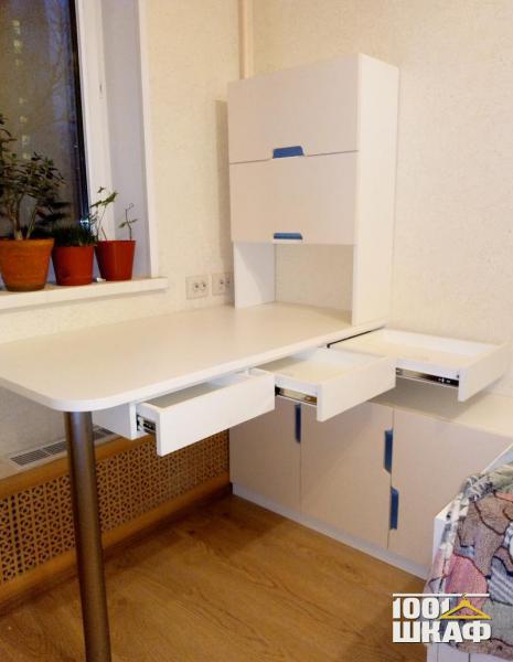 Письменный стол с надстройкой рабочей зоны