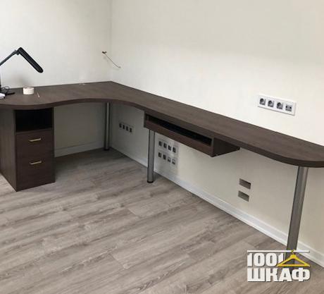 угловой письменный стол с закругленными углами