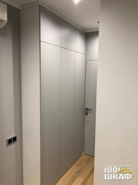 Серый шкаф с антресолью на заказ