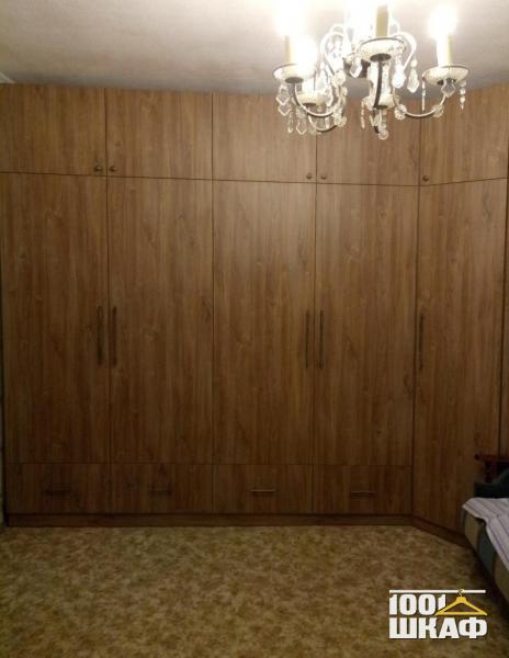 Угловой распашной шкаф с антресолью для гостиной
