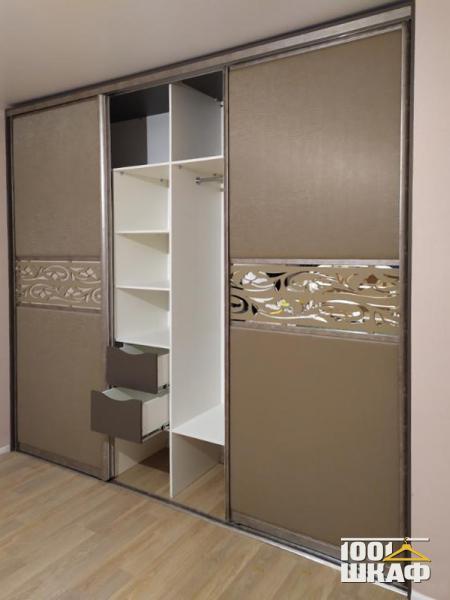 Дизайнерский шкаф-купе с отделкой кожей