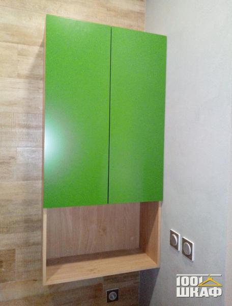 Навесной шкаф с зелеными фасадами