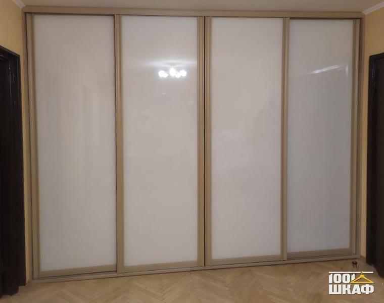Встроенный шкаф-купе со стеклянными фасадами