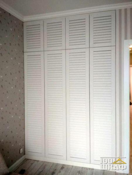 Вместительный шкаф с жалюзийными фасадами
