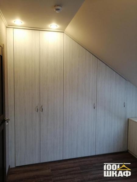 Распашной шкаф на мансарду на заказ