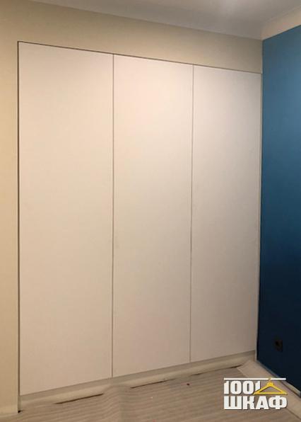 Встроенный шкаф с гладкими фасадами