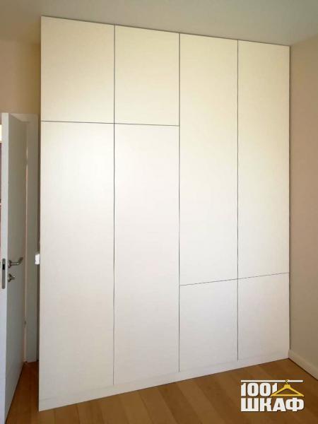 Белый распашной шкаф с фасадами на отталкивателях