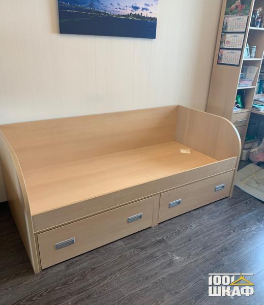 Кровать с выдвижными ящиками для хранения вещей
