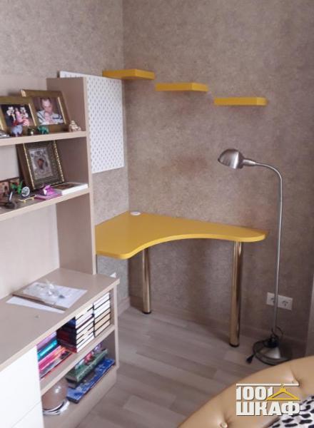 Письменный стол в комнату на заказ