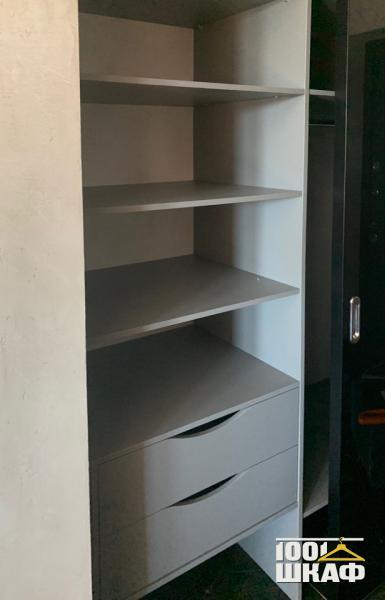 Вместительная гардеробная: комплект мебели