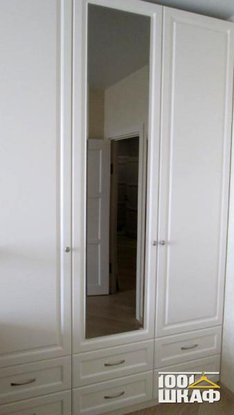Белый шкаф декорированный фрезеровкой