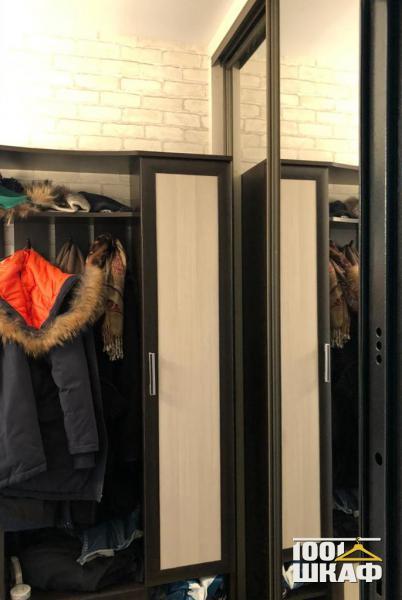 Прихожая в контрастных цветах: вешалка, тумба и шкаф-купе