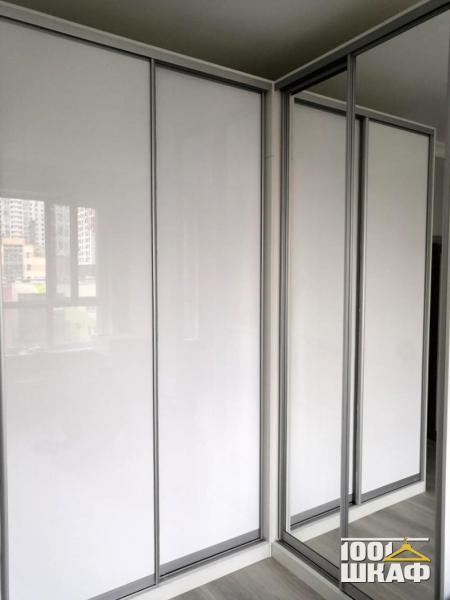 Угловой шкаф купе: стеклянные фасады