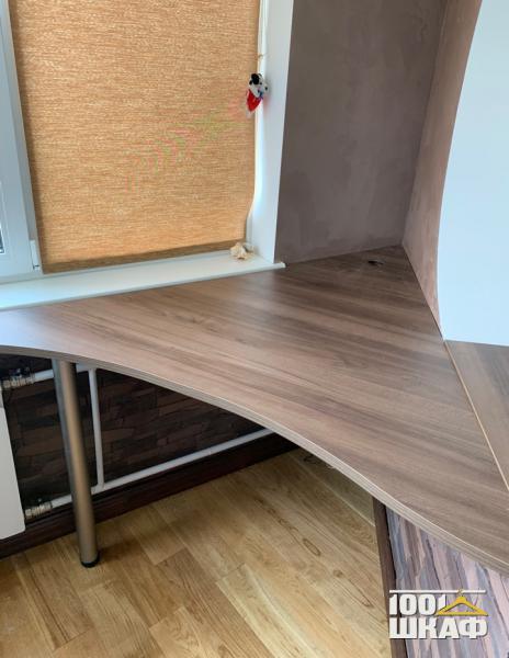 Рабочее место: письменный стол, полки и стеллаж