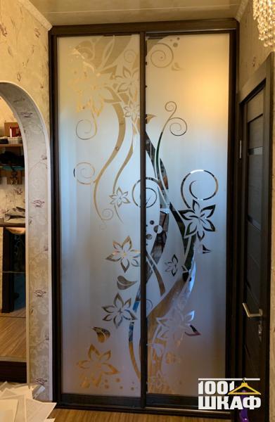 Зеркальный шкаф купе декорированный пескоструйной печатью