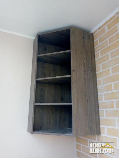 Навесной угловой шкаф с полками