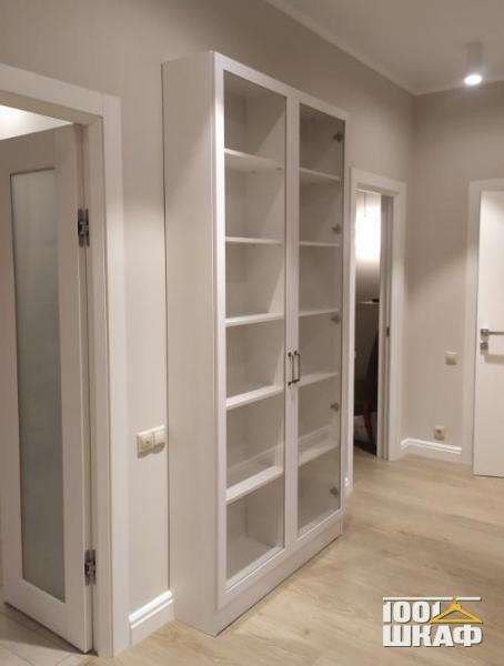Шкаф со стеклянными витринами
