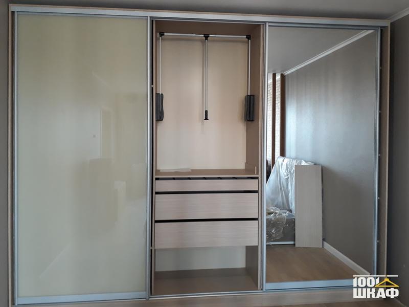 Шкаф-купе декорированный с наполнением в прихожую