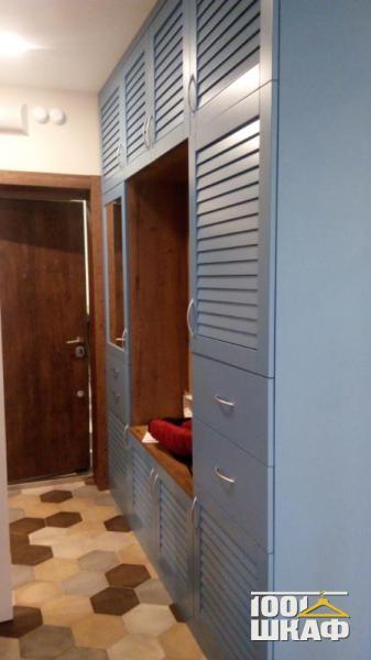 Шкаф в прихожую с жалюзийными фасадами