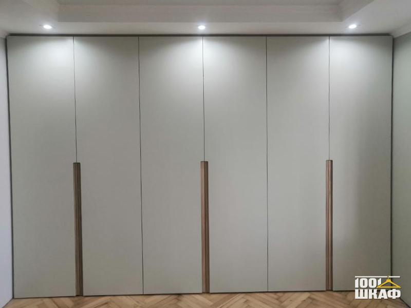 Шкаф с дизайнерской отделкой