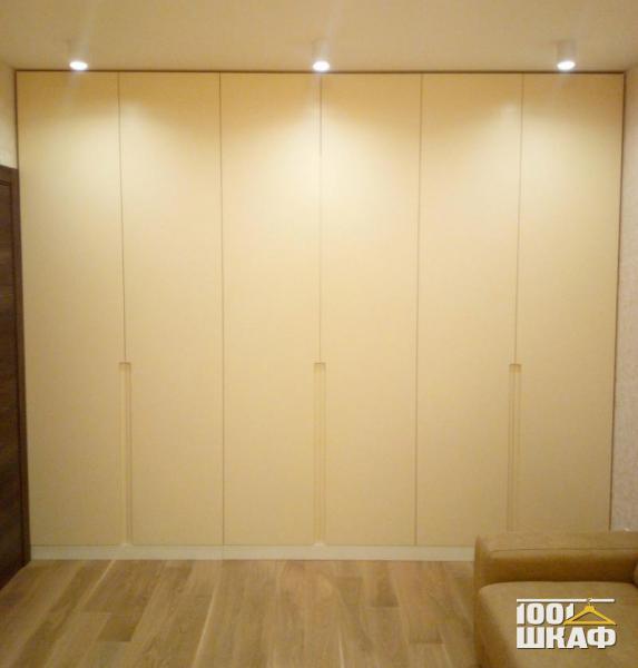 Распашной шкаф с белыми фасадами в стиле минимализм