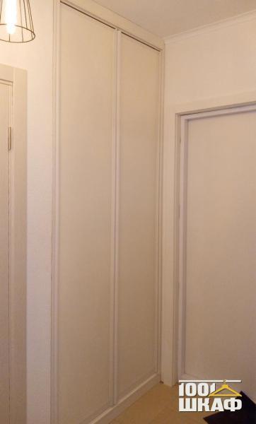 Белый встроенный шкаф в прихожую