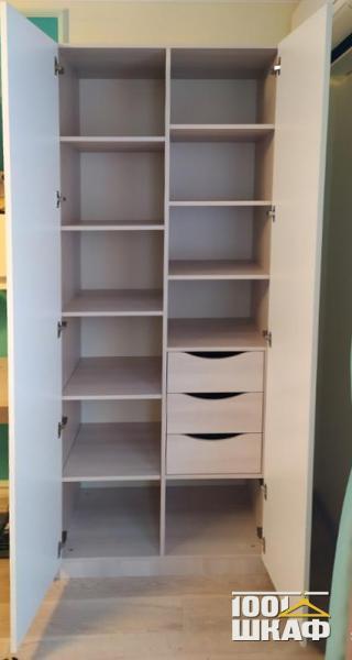 Белый шкаф с глянцевыми фасадами