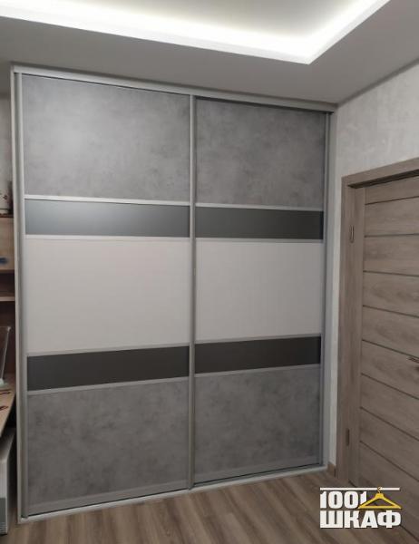 Серый шкаф-купе с комбинированными фасадами