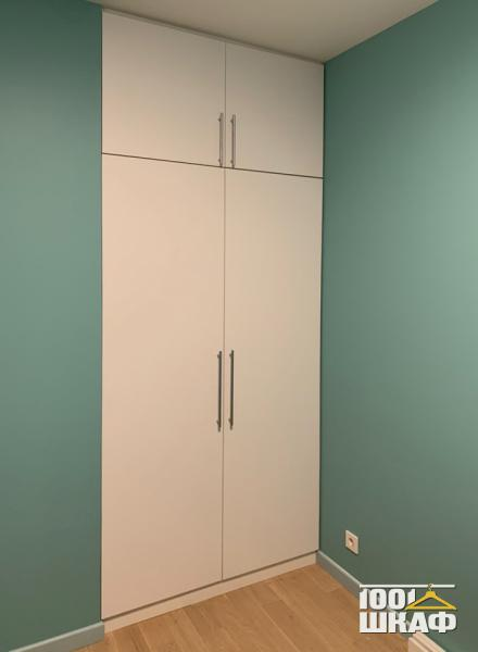 Распашной встроенный шкаф с белыми фасадами