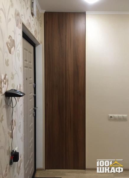 Встроенный распашной шкаф для верхней одежды