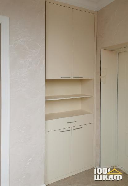 Встроенный шкаф с открытыми полками