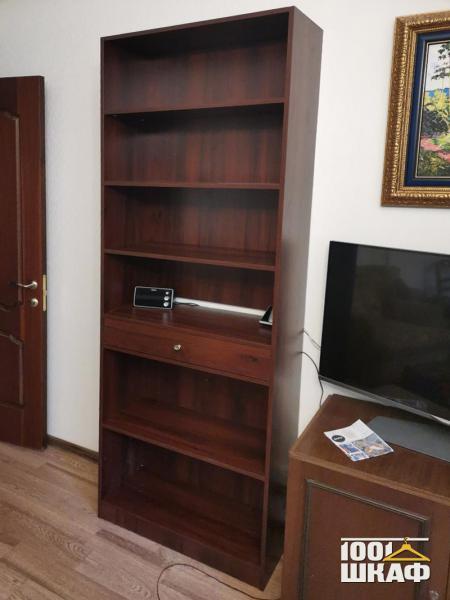 Открытый шкаф-стеллаж в гостиную