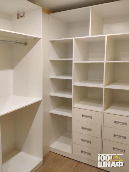 Угловой стеллаж в гардеробную на заказ