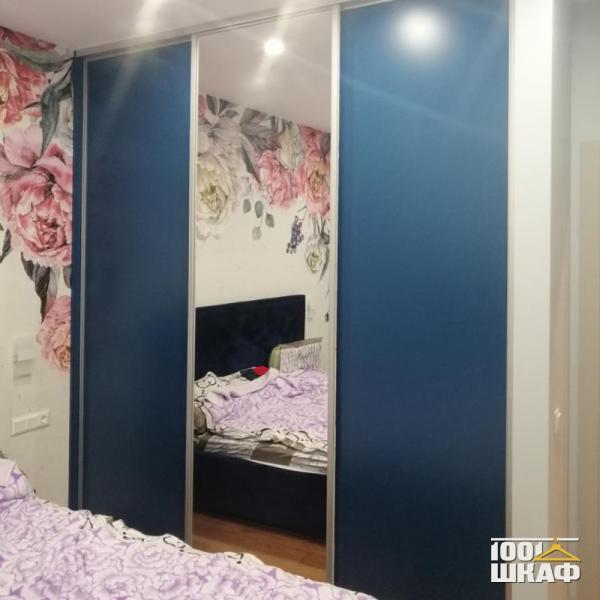Синий шкаф-купе в спальню